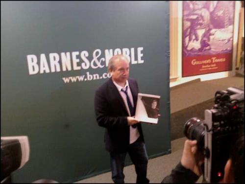 Paul Simon holding Lyrics 1964-2008 before his ´One on One´ interview at Barnes and Noble November 13.