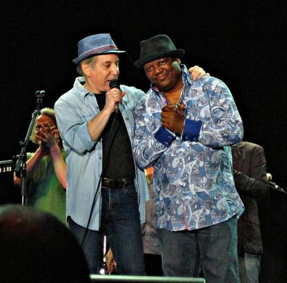 Paul thanking Bakithi Kumalo at the end of the show. Milano, 17.7.2011