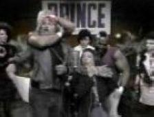 Sorry for the bad quality, but a very interesting pic: Paul is fighting with Mister T during the recording of ´USA for Africa´...poor Mister T...:-)